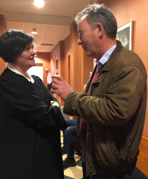 SAMSTEMTE:  Advokat Svein Duesund var forsvarer Mette Yvonne Larsens vitne. Hun var såre fornøyd med det han sa bak lukkede dører. I bakgrunnen aktor Hans Lyder Haare.