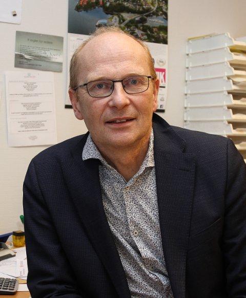 NY JOBB: Erling Bakke Nydal bytar ut kyrkjeverje-jobben med jobb som sokneprest. No er det sju personar som vil ta over jobben han