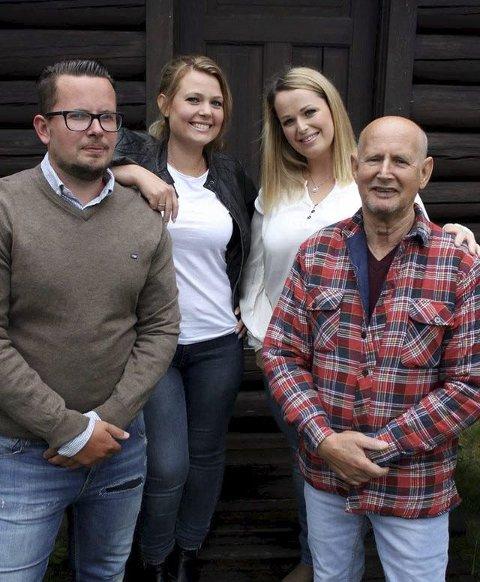 Synger: Familien Akselsen med søsknene Stig, Kristine og Veronica og far Elias synger under St. St. Hans-feiringen ved Tater-Millas hus.