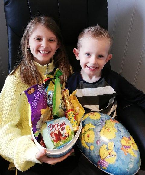 Linnea og Emilian kunne smila breitt etter å ha fått eit stort påskeegg i premie. (Foto: Elisabeth Haugland).