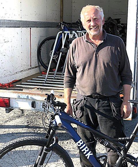"""KOSER SEG: Per Solbrekke er """"alt-mulig-mann"""" for Rakkestad-syklistene, slik at de enklet kan reise fra og til ritt. – Jeg føler jeg får veldig mye mer igjen enn jeg gir, sier Solbrekke selv - her mens han laster inn rakstingenes sykler for transport til Strömstad. FOTO: PRIVAT"""