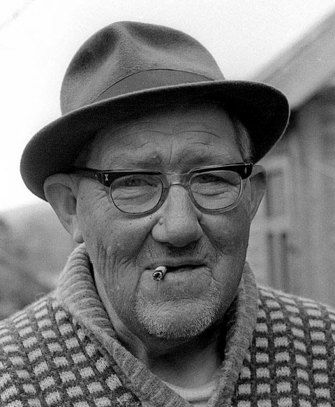 LURIFAX: Waldemar Hakkelberg, alias Lurifax,  var en historieforteller og lidenskapelig fisker her i Tinn.  Dette bildet tok rjukangutten  Tor Helge Lyngstøl av Hakkelberg i russetida -  rundt april/ mai 1970.