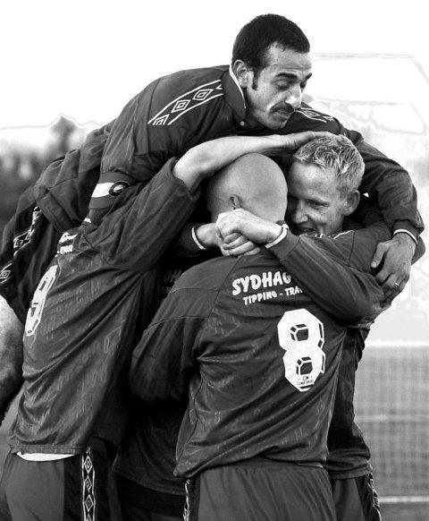 OPPRYKK: 2001 ble Lørenskogs store år. Her har Espen Olsen (til høyre) scoret for klubben mot Mo. Lorenzo Caroprese (over) og Glenn Hasselstrøm (8) er blant dem som jubler med. Sesongen endte med opprykk til 1. divisjon. FOTO: GEIR EGIL SKOG