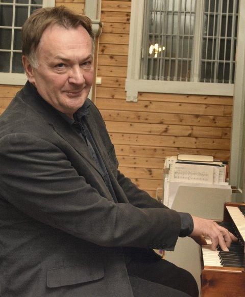ORGEL: Andrey Pirozhkov er blant musikerne under 20 års jubileumet til orgelet i Buksnes kirke.