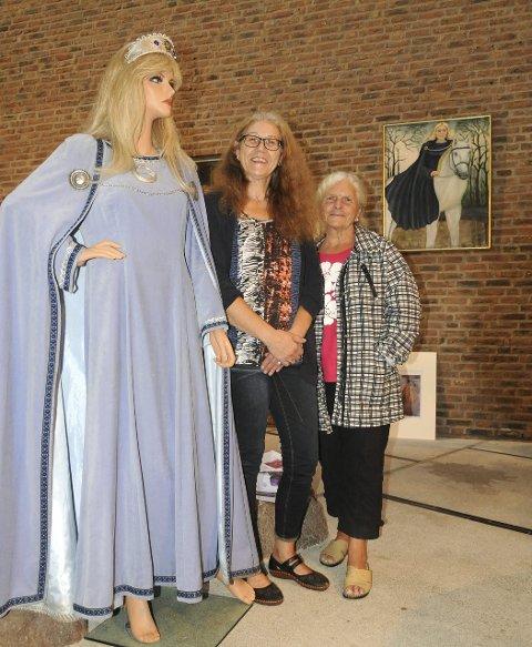PRINSESSE: Vigdis Kittang Ramstad (t.h) og Rosita Veim viser fram prinsesse Kristinas liv på Tønsberg og Nøtterøy bibliotek.