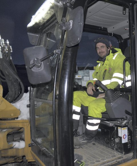 I gravemaskina: Erlend Lid var i gang med å dra ut vatn – og avløpsrøyr for Øynebråten Anleggsteknikk AS.