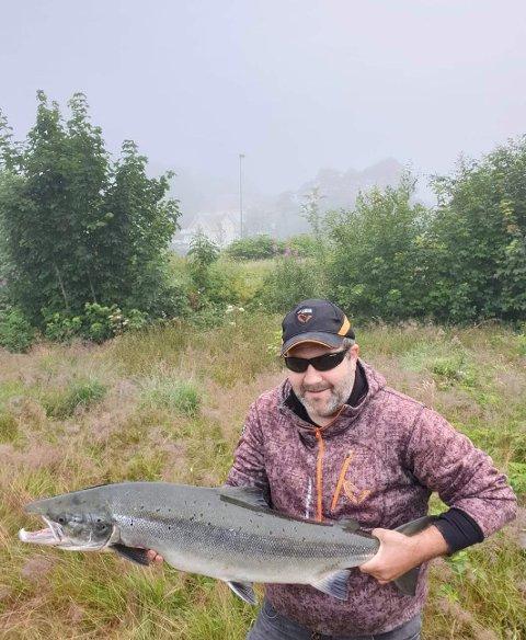 STORLAKS: Onsdag fikk Anders Hafstad denne ruggen på kroken - i Sokndalselva. Men nøyaktig hvor han fisket, forblir en hemmelighet.