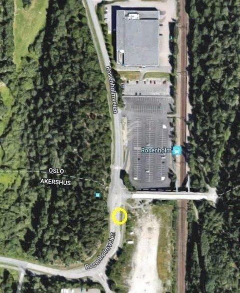 PENDLERPARKERING: Bomstasjonen er foreslått rett før innkjøringen til pendlerparkeringen på Rosenholm, for de som kommer sydfra.