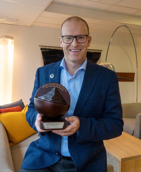 PRESTISJEFYLT PRIS: Kartverkssjef Johnny Welle holder fram prisen som nylig ble vunnet i forbindelse med en større internasjonal konferanse.