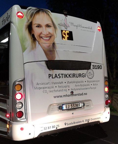 REKLAME: På rute 01 reklameres det både for ansiktsløft og brystoperasjon.