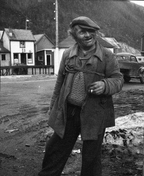 Båtskar-Peder med sekken på ryggen og sneipen i hånden. Han er fortsatt en legende i det jugoslaviske krigsfangemiljøet, der han berget man liv. Bildet er tatt i gata på Rognan.