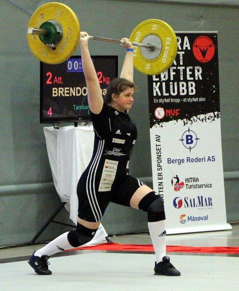 FRELST: Ina Brendø (18) frå Florø har byta ut handball med vektløfting. Her under junior NM førre helg.