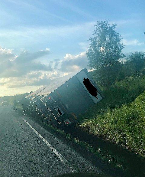 AV VEGEN: Et vogntog veltet på riksveg 4 nord for rundkjøringa på Roa fredag kveld.
