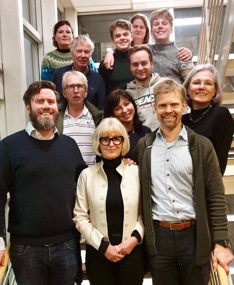På trappen i bydelshuset sees 12 av de 18 nyvalgte kandidatene på BU-listen for Nordstrand Arbeiderparti. Foran f.v.: Miert S. Lindboe, Asbjørg Javnes Lyngtveit (BU-lederkandidat), Jardar E. Flaa. I neste rekke f.v.: Trond G. Sandmo, Tone E. Kleven, Elisabeth Gammelsæter. I rekken bak dette f.v.: Rune Gerhardsen og Jens Smith Wergeland. I bakerste rekke f.v.: Yngva Kathrine Aas, Asgeir R. G. Kråkenes, Tone Lise Aunan og Sebastian Gåsemyr Staalesen.    Cecilie Foss, Balder Mørk, Åshild Ljostad, Anne Nyeggen, Eivin Sundal og Sheila Ahmed Solberg var ikke til stede da bildet ble tatt.
