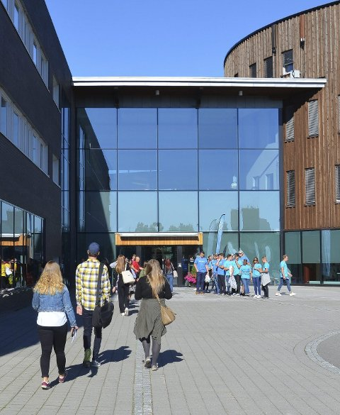 STRØMMER TIL: Terningen Arena fylles opp med studenter. (Foto: Bjørn-Frode Løvlund)