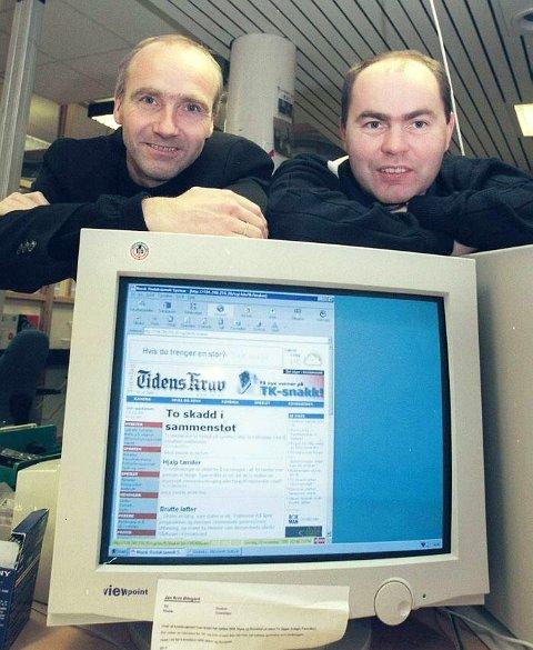 Tore Dyrnes og Rune Edøy, med førsteutgaven av TKs nettavis i november 1999.