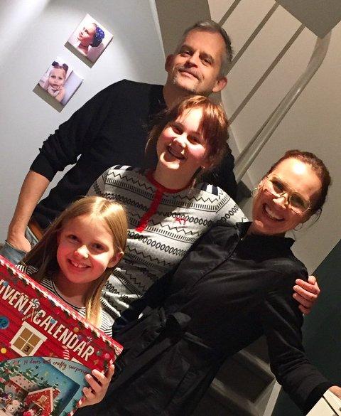 Med familien: Anne Hilde Grøv og ektemannen Knut Hauland sammen med døtrene Sofie (14) og Vilde (8) heime i gangen i Oslo. Minstejenta har akkurat fått adventskalender og viser den stolt fram for fotografen.