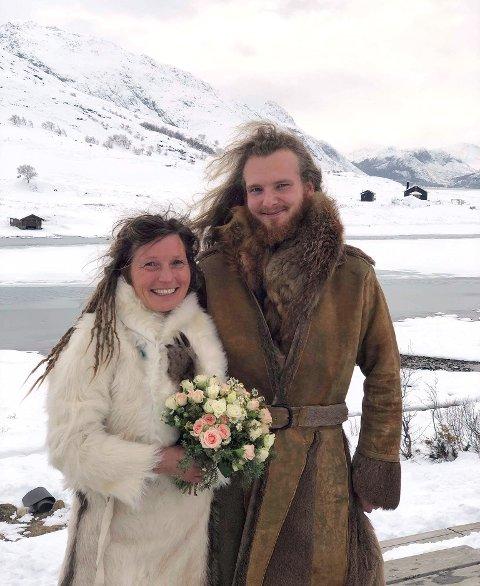 Sofie Kleppe og Roni Öhman giftet seg i helgen på turisthytta Gjendesheim. Bryllupsklærne laget de selv av skinn fra elg, hjort, reinsdyr og geit. Gifteringene tatoverte de inn på hver sin finger.