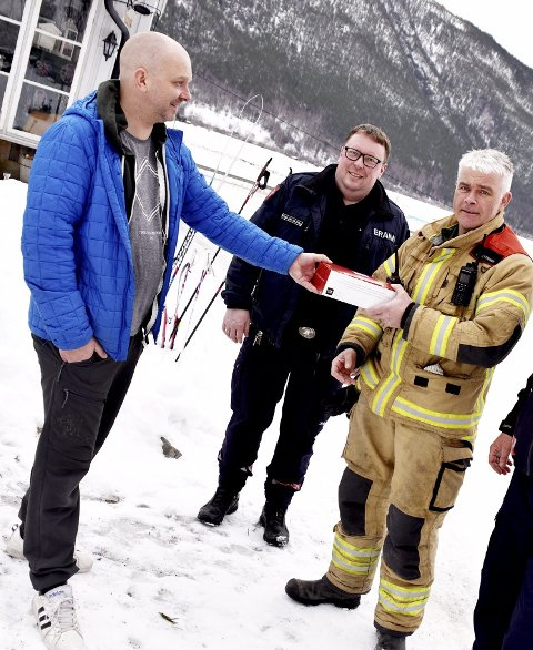Overrekkelsen: Tor Henning Rudiløkken mottar komfyrvakten av Odd Ivar Ulsanden i beredskapsavdelingen.