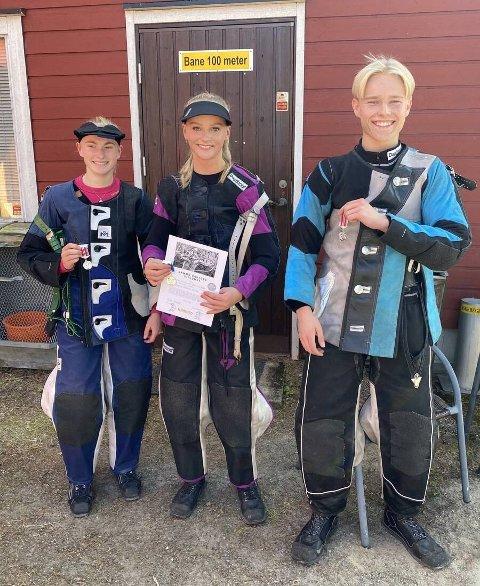Pallen i juniorklassen: F.v. Julie Ottesen, mesteren, Emma Heiaas, og Odin Afdal.