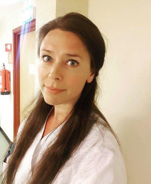 Jordmor Lise Brændeland tok imot prisen Årets klippfiskkjerring 2021, på vegne av fødeavdelingen.