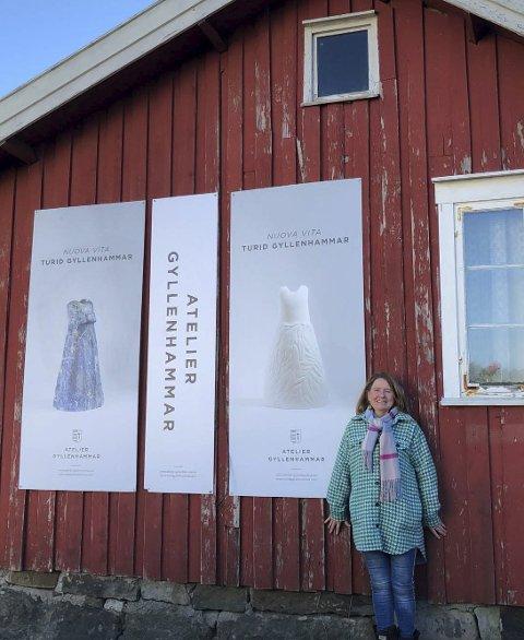 Galleri?:  Turids mann Pål har hengt disse plakatene opp på uthuset.