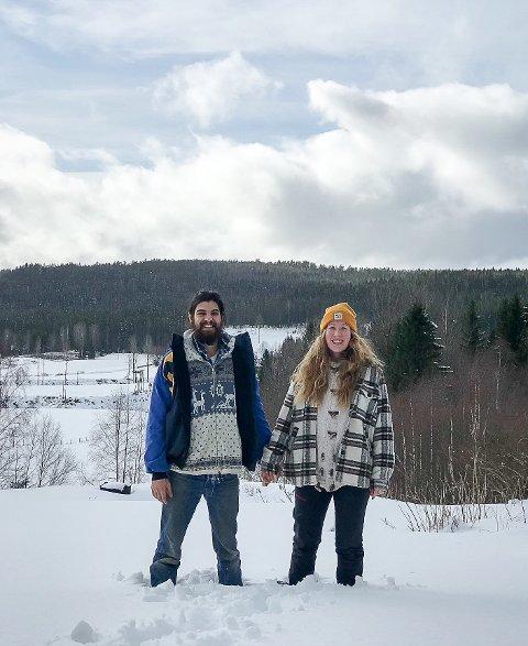 Kieran og Sara med snø til knes ved gården ved Rudberg. Nå er det måket, de har fått strøm, og bryllupsjgestene kan komme.
