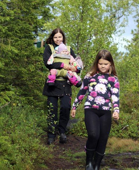 Mamma med mot: – Mari elsker å være med på tur! sier Elisabeth Tverå (37). Hun har gått alle 15 fjelltrimpostene med datteren på magen. Kaja (8 år) kan vise til åtte poster. Foto: Stine Skipnes