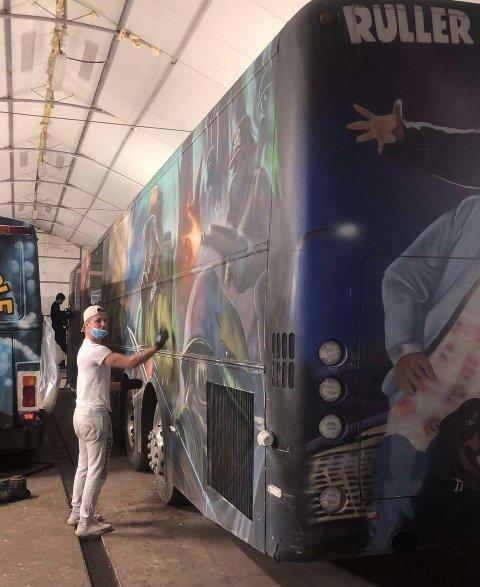 FORBEREDELSER: Guttene på russebussen Wreckin' Cru 2021 har jobbet mot at det blir en normal russetid, og russebussen er klar til den tid kommer.