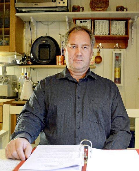 Irritert: - Jeg er kraftig irritert og provosert over Telenor, sier Jarle Karlsen Aanerød. På hytta har han internett gjennom Telenors kobbernett - et nett som skal fases ut.