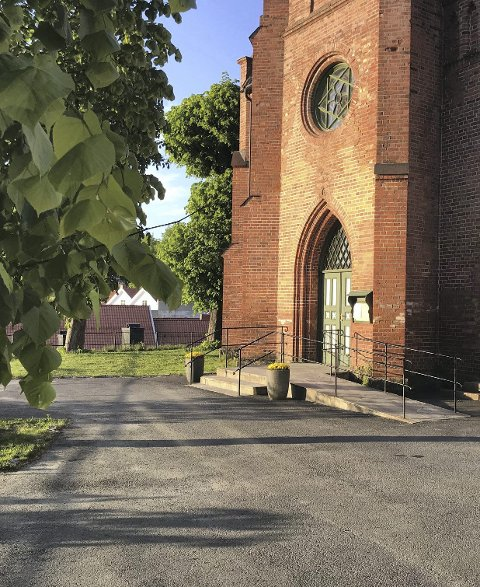 Litt flere: I snitt gikk 65 mennesker inn kirkedøra i Tvedestrand for å delta på gustjenste i 2018. I 2017 var tallet 60.