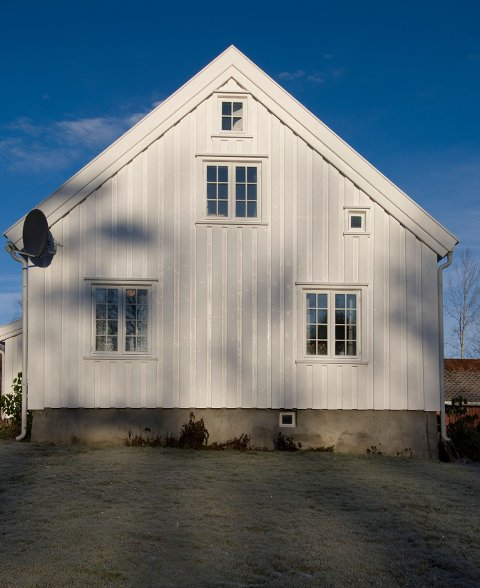 MÅLING: Sjølv om det er haust, er det mogleg å måle husveggen, seier ekspertane.