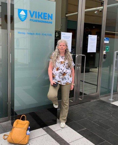 PÅ PLASS: Her er Kari Thue på plass ved Viken Fylkeskommune i Oslo. Hun sier hun kommer til å sultestreike til fylkeskommunen forstår alvoret.
