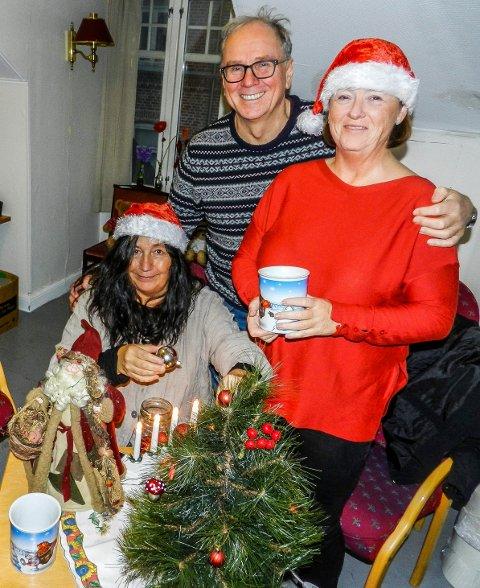 TRENGER FLERE: Wenche Erichsen (tv), Henry Arnfinn Vangseng og Bente Saksgård håper mange melder seg til Åpen jul i lokalene til Haldens Klub.