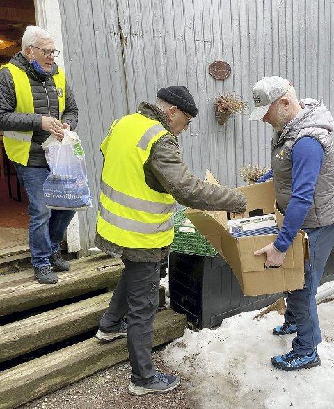 Noe på dynga: Rolf Bjercke, Dagfinn Larsen og Rolf Nordmo må bære noe ut av det som ikke blir solgt. Foto: Pål Nordby