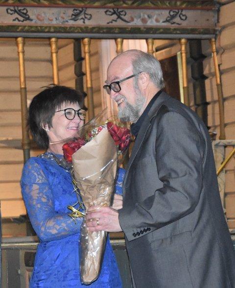 Ordfører Marianne Landaas overrekker Tvedestrand kommunes kulturblomst til Ernst Håkon Jahr.