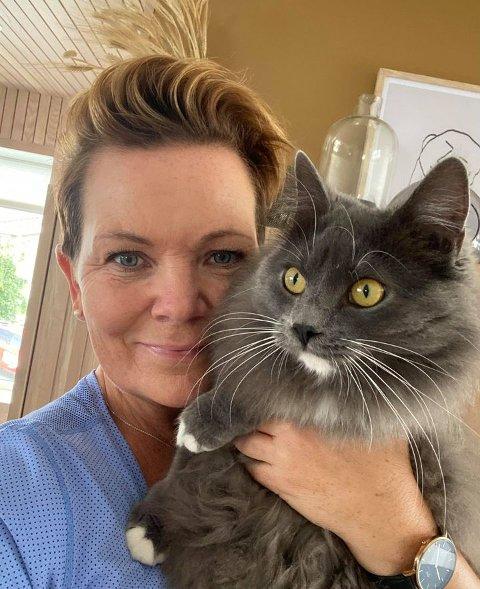 ADOPTERT: Siw Randi Tollefsen (Ap) har selv adoptert katt fra Dyrebeskyttelsen. - Lilli er en kjempeflott katt, forteller hun.