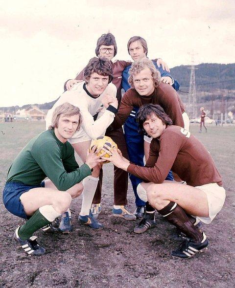 1976: Dette bildet er tatt i 1976-sesongen– siste år på 70-tallet SIF og MIF møttes i eliteserien. Bakerst: MIF-trener Arild Mathisen (t.v.) og SIF-trener Thorodd Presberg. Midten: Arne Dokken, SIF, og Egil Solberg, MIF. Foran: Avdøde SIF-keeper Inge Thun og MIF-kaptein Ole Kristian Olsen.