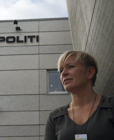 Politibetjent Synnøve Domben ved Flora Politikammer fortel at det brukar å vere lite bråk i Florø Himmel & Hav-helga.