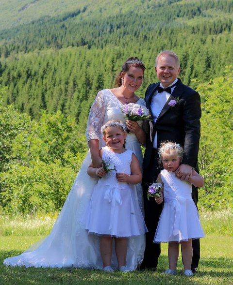 GIFTA SEG: Lise Neerland Skarstein (36) og mannen Håvard Skarstein (37) har vore saman i snart 8 år. Her med døtrene Arya (6) og Frøya (3).