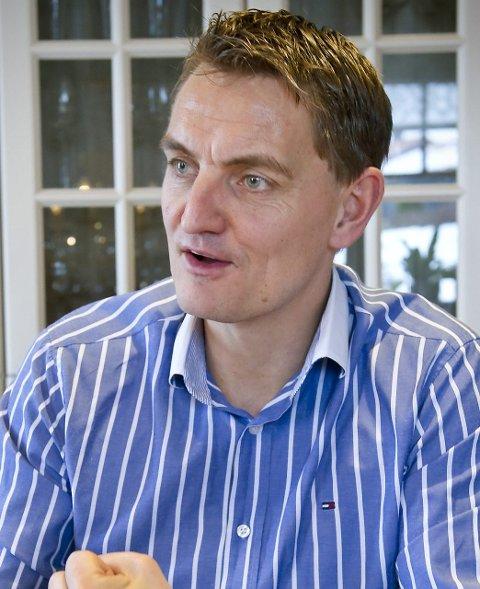 FORKLARTE: Henrik Mohn forklarte om hjelpeplanen i går ettermiddag.FOTO: JENS HAUGEN
