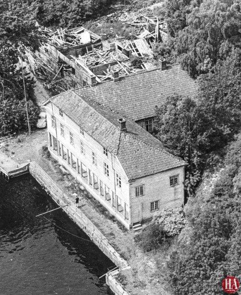 FORFALL: Fergestedsgården på Svinesund var forlatt da dette bildet ble tatt i 1969. Huset hadde ikke vært malt på flere tiår, taket var lekk, og i bakgrunnen skimtes det sammenraste uthuset. FOTO: HISTORISKE HALDENBILDER, HALDEN ARBEIDERBLAD
