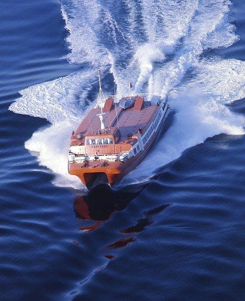 WESTAMARANEN: Å ta gode bilder av båter fra fly er slett ikke enkelt, men Tor Brekke viser at han behersker kunsten. Her er westamaranen på full fart gjennom Karmsundet i 1974. Foto: Tor Brekke