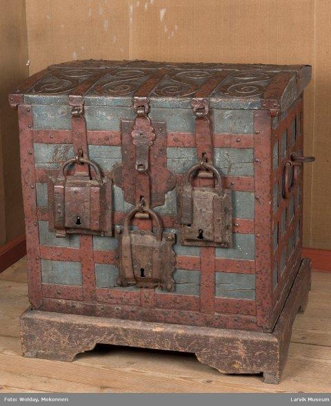 PENGEKISTEN: Flere måtte møte opp med hver sin nøkkel for å ta penger ut av kisten.