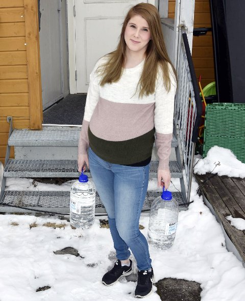 KJØPER: Connie Jansvik kjøper vann fra butikken for å slippe å drikke vannet som er i springen. Hun synes det smaker stygt og lukter kloakk eller myrvann. Foto: Viktor Leeds Høgseth