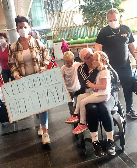 HJEMME IGJEN: May Kristin Kåsin kom fredag hjem fra MS-behandling i Russland og ble møtt av familie, flagg, plakater og veldig spente barn på flyplassen.
