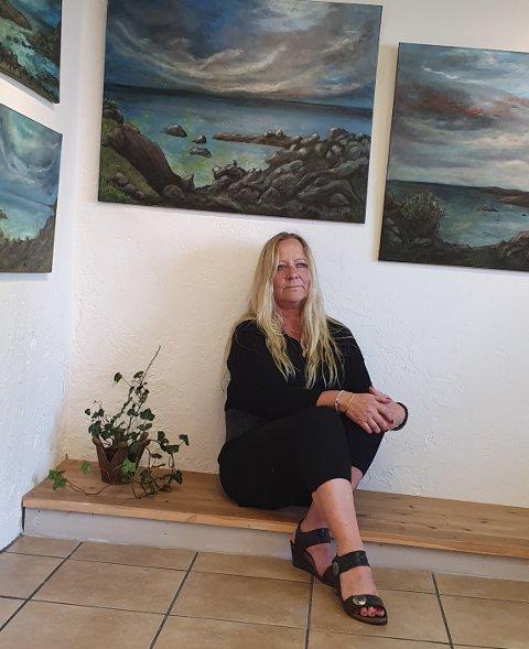 I «öppna» landskap: Hilde Synnøve Husevold fra Aurdal «trivs bäst i öppna landskap» i kunsten for tida. Nylig holdt hun sin første separatutstilling utenlands på Öland, blant annet med motiver fra området – og fra egne heimtrakter i Valdres.