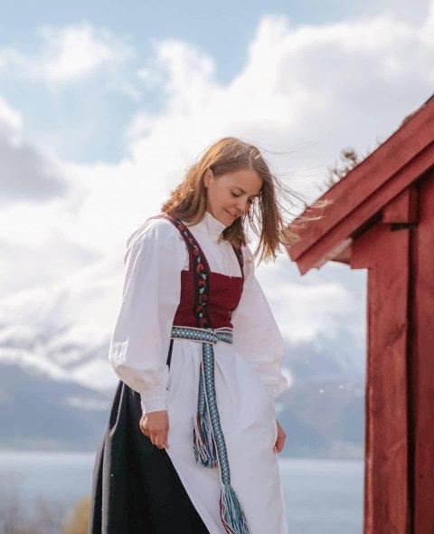 LAGA SJØLV: Ingeborg Eikenæs frå Sandane har laga si heilt eiga festdrakt.