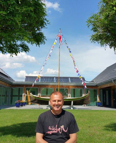 HJEMME I POLEN:Jacek Weglarz foran huset han eier i Polen med Nordlandsbåten han har kjøpt og fraktet med seg  fra Norge.