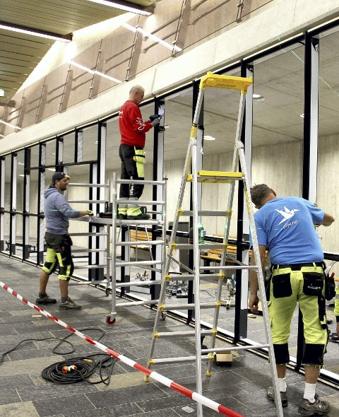 SNART FERDIGE: De ansatte i H-Glass var tirsdag i full gang med å sette opp rammeverket for glassveggene her i det nye venterommet i jernbanestasjonen. Foto: Lars Ivar Hordnes